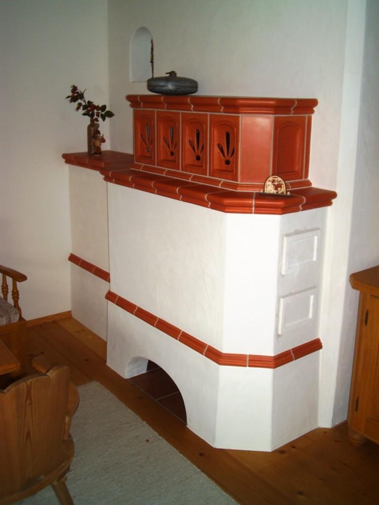 traditionell gemauerter Grundofen mit Handkeramik