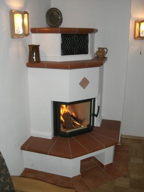gemauerter Warmluftkamin mit Terracotta Plattsimsen
